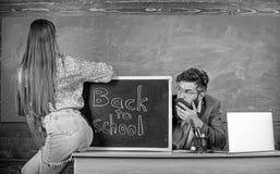 Quebrando regras Regras da disciplina do comportamento da escola Professor ou diretor de escola que olham absorbedly a menina 'se imagens de stock royalty free