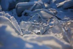 Quebras Extremal no gelo do Lago Baikal a água congelada claro fotografia de stock