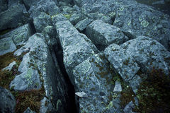 Quebras profundas na superfície da rocha Foto de Stock