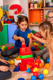 Quebre a escola das crianças que jogam nos cubos das crianças internos Imagens de Stock