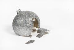 Quebrou a esfera do Natal imagens de stock royalty free