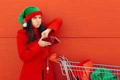 Quebrou a mulher que gasta seus últimos dólares na compra do Natal fotos de stock