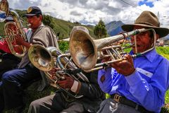 Quechua εγγενή άτομα από το Περού στο παιχνίδι της μουσικής στοκ φωτογραφία με δικαίωμα ελεύθερης χρήσης