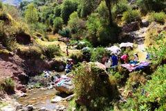 Quechua bondaktiga kvinnor och barn Arkivbild
