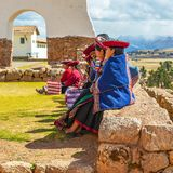 Quechua Frauen auf Inca Wall, Chinchero, Peru lizenzfreies stockfoto