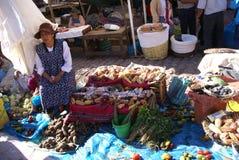 Quechua Indiańskie kobiety targują warzywa i sprzedają > Fotografia Royalty Free