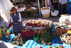Quechua Indian women bargain and sell vegetables > Royalty Free Stock Photography