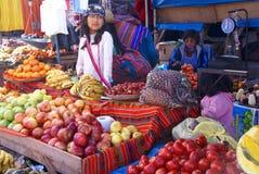 Quechua indische Frauen verhandeln und verkaufen Gemüse > Lizenzfreies Stockfoto