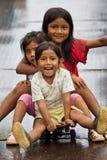 Quechua meisjesvrienden die pret hebben. Royalty-vrije Stock Afbeeldingen