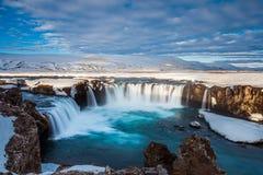 Queda bonita de Godafoss na mola adiantada, Islândia imagem de stock
