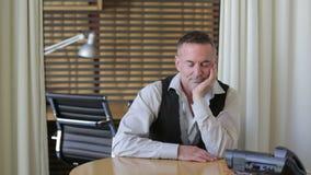 Queda considerável do homem de negócios adormecida em sua mesa vídeos de arquivo