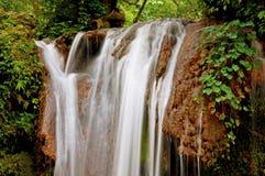 Queda da água: água branca no fluxo Foto de Stock Royalty Free