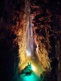 Queda da água da caverna foto de stock