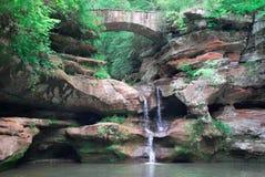 Queda da água e ponte da pedra Imagem de Stock