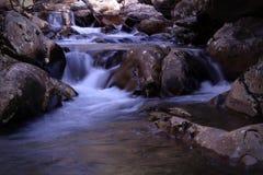 Queda da água rujir de um rio na temporada de verão fotografia de stock royalty free