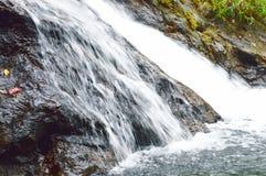 Queda da cachoeira e rocha batida que espirram ao rio Fotografia de Stock