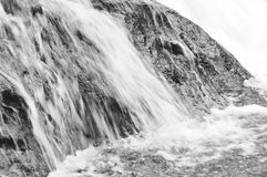 Queda da cachoeira e rocha batida que espirram ao rio Fotografia de Stock Royalty Free