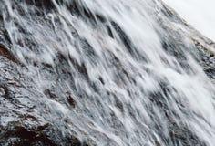 Queda da cachoeira e rocha batida que espirram ao rio Fotos de Stock Royalty Free