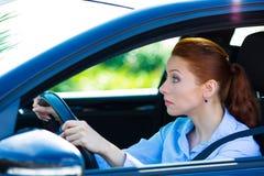 Queda da mulher adormecida, tentando ficar alerta ao conduzir foto de stock royalty free