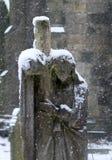 Queda da neve um staue do cemitério de uma mulher de lamentação fotografia de stock royalty free