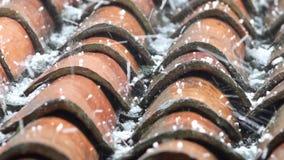 Queda da pedra de granizo em telhas de telhado filme