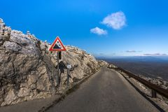 Queda da rocha da atenção do sinal de tráfego em Sveti Jure, Biokovo, Croácia fotos de stock royalty free