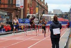 A queda de David Oliver durante os obstáculos do 110m dos homens nos grandes jogos da cidade em Manchester 2015 Imagens de Stock