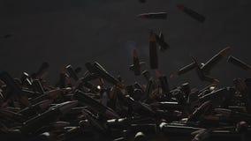 Queda de muitas balas na tabela No fundo uma parede escura vídeos de arquivo
