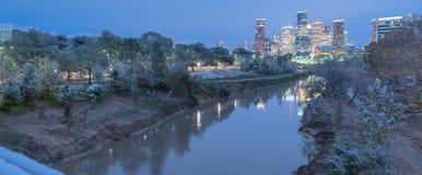 Queda de neve ao longo do banco de rio da albufeira e de Houston do centro imagens de stock