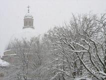 queda de neve da igreja foto de stock
