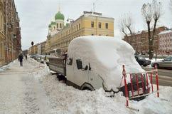 Queda de neve do outono na cidade Fotos de Stock