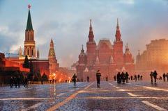 Queda de neve extrema no quadrado vermelho em Moscou foto de stock