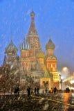 Queda de neve extrema no quadrado vermelho em Moscou imagens de stock