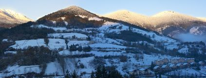 Queda de neve no parque natural de Aizkorri-Aratz e na cidade de Zegama Imagens de Stock Royalty Free