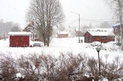 Queda de neve pesada em uma vila pequena foto de stock royalty free
