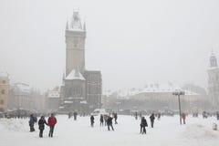Queda de neve pesada que cobre a praça da cidade velha em Praga Fotografia de Stock