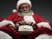 Queda de Santa Claus adormecida ao esperar um telefonema imagem de stock