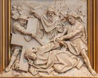 Queda de Viena - de Jesus sob sua cruz Relevo como de uma parte do ciclo transversal da maneira na igreja de Sacre Coeur Foto de Stock Royalty Free