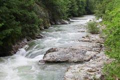 Queda do rio de Cerna na primavera, Herculane, Romênia Fotos de Stock Royalty Free
