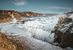 Queda dourada de Gullfoss da cachoeira enorme no winterscene colorido da névoa da manhã no rio de Hvita no sudoeste Islândia fotografia de stock