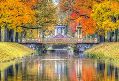 Queda dourada no parque de Alexander, Pushkin, St Petersburg, Rússia foto de stock royalty free