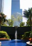 Queda e prédio de escritórios da água Imagens de Stock Royalty Free