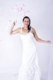 Queda entusiasmado dos seixos da noiva espontânea bonita Imagens de Stock