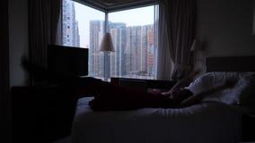 Queda feliz da mulher na cama video estoque