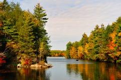 Queda Folliage e um lago. Imagens de Stock Royalty Free