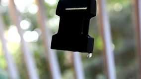 Queda lentamente de gotejamento da água da correia do punho filme