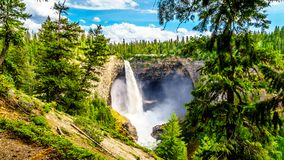 A queda livre famosa Helmcken de 141 medidores cai em Wells Gray Provincial Park, BC, Canadá foto de stock