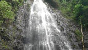 Queda mágica da água na ilha de Oahu em Havaí filme