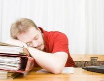 Queda ocasional do homem de negócios adormecida fotografia de stock