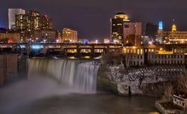 Quedas altas de Rochester do centro New York na noite foto de stock